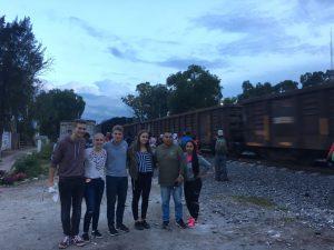 Im Migrantenhaus zusammen mit Tim, Caro, Moritz und dem Gastvater und der Gastschwester von Caro.