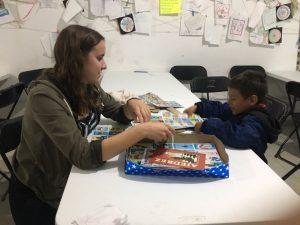 Am Lotteria spielen mit einem Jungen, der zusammen mit seiner Mutter aus Honduras in die USA flüchtet.