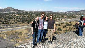 Wir Freiwilligen holen die Deutschen in Teotihuacán (Ruinenstäte bei Mexiko-Stadt) ab.